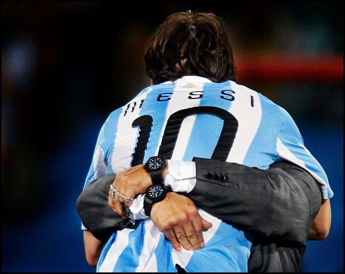 12 juni 2010: Diego Maradona knuffelt Lionel Messi.