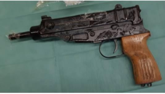 De politie stuitte onder meer op dit  automatische vuurwapen tijdens het grootschalige onderzoek.