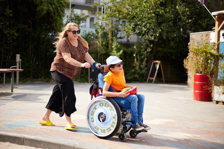 Voor Xander Vas (11) is De Gibraltar fijn, dankzij alle speciale glijbanen en draaimolens voor kinderen met een beperking.  Beeld Marije Kuiper