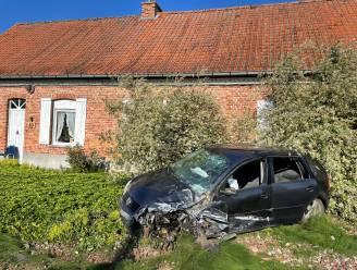 Auto's belanden in voortuin en gracht na zware botsing in Geluwe