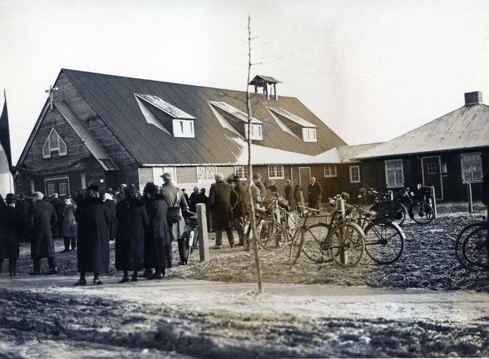 Inzegenen van de eerste Jozefkerk in Someren-Heide. 1936