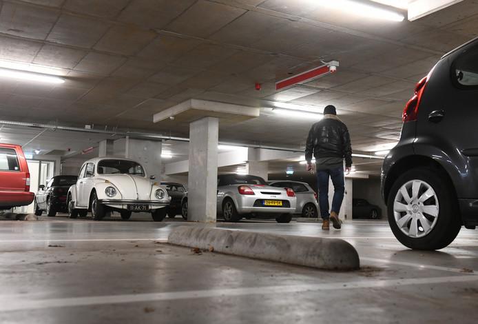 Eigenaren van oldtimers zien in de openbare parkeergarage een gratis en droge stalling voor hun kostbare auto.