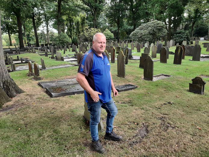 Beheerder Ronald Meenderink van de begraafplaats aan de Ninaberlaan in Hellendoorn ziet erop toe dat het herbegraven van de stoffelijke resten met veel respect en uiterst zorgvuldig gebeurt.