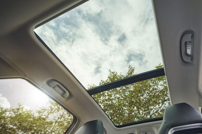 Dit grote glazen panoramadak is standaard op de duurdere 'Luxury'