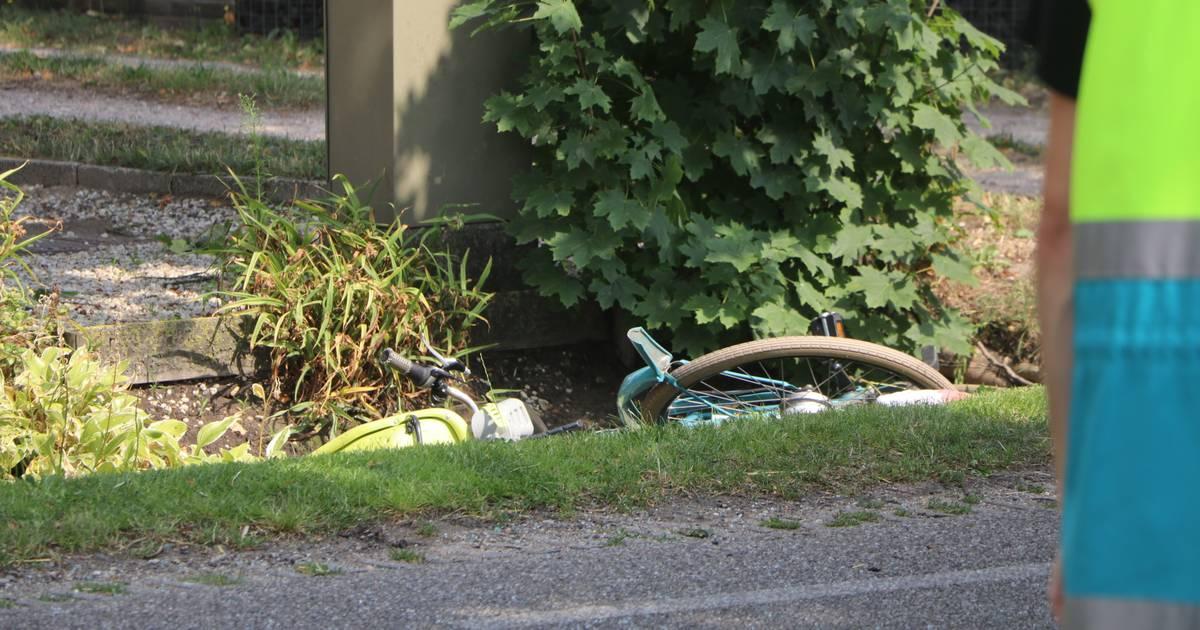 Fietsster zwaargewond na botsing met auto in Lunteren.