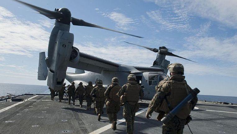 CV-22 Osprey landt op een vliegdekschip. Het toestel, dat landt als een helikopter en vliegt als een vliegtuig, wordt ingezet bij Amerikaanse commando-operaties in Syrië en Irak, Beeld wikimedia