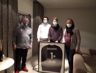 """Voormalig Rupel Boom-ploegmaats eren overleden Jo Engelborghs met ingekaderde keeperstrui: """"Hij was een topkerel"""""""
