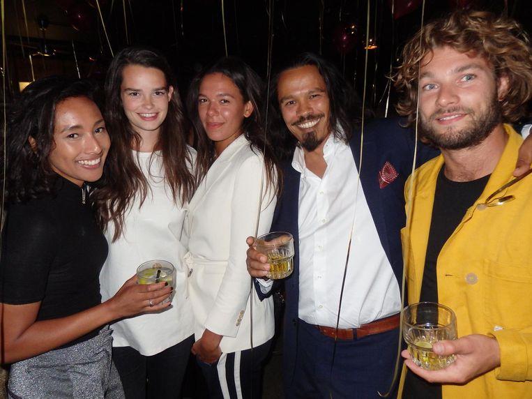 Nathalie Tamaëla, Sarah Hartig, Iman Whitfield en Daj van der Woude, van Models at Work, en Bauke Bakker (Speedo Club), mannen slechts gekleed in een speedo Beeld Schuim