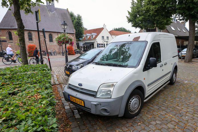 In het centrum van Eersel staat het 'drugsbusje' dwars over twee parkeerplaatsen.