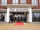 Huisartsen vaccineren 1.500 Zevenaarders in Musiater: na de prik wachten in theaterzaal, mét live muziek