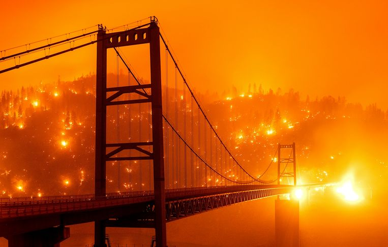 Het Bear Fire brandt in Oroville, Californië.  Beeld AP