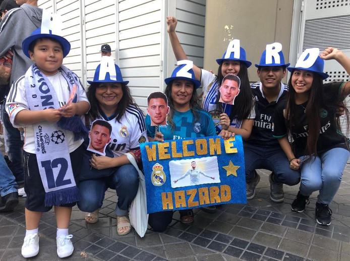 Des supporters souhaitent la bienvenue à Eden Hazard