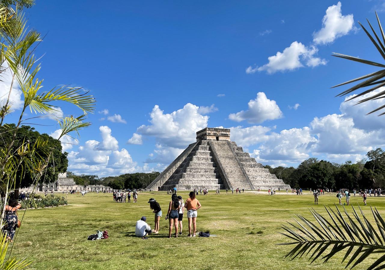 Toeristen bij Chichen Itza in Mexico.