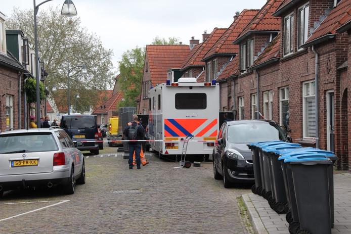 De politie doet onderzoek in de Pijlkruidstraat in Almelo.