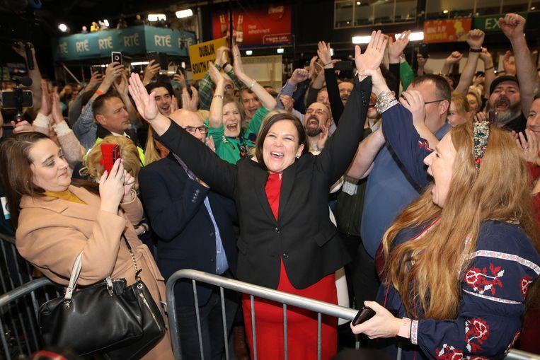 Mary Lou McDonald, partijleider van Sinn Féin, viert feest met haar aanhangers nadat goede verkiezingsresultaten binnenkomen uit Dublin. Beeld AP