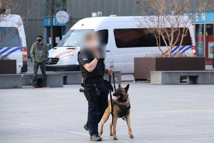 De politie was in grote getale aanwezig, ook met de politiehond.