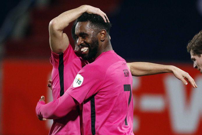 Gyrano Kerk wordt gefeliciteerd, nadat het vijfde doelpunt heeft gemaakt tegen Willem II, vorige week vrijdag. FC Utrecht won uiteindelijk met 0-6.