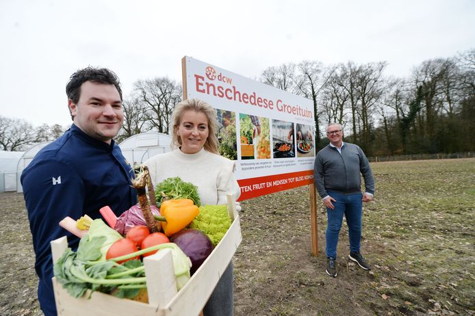 Topkok Emiel Kwekkeboom en zijn partner Mandy Overbeek, van restaurant Joanne. Wethouder Arjan Kampman kijkt bij het gisteren onthulde bord van de nieuwe moestuin lachend toe.