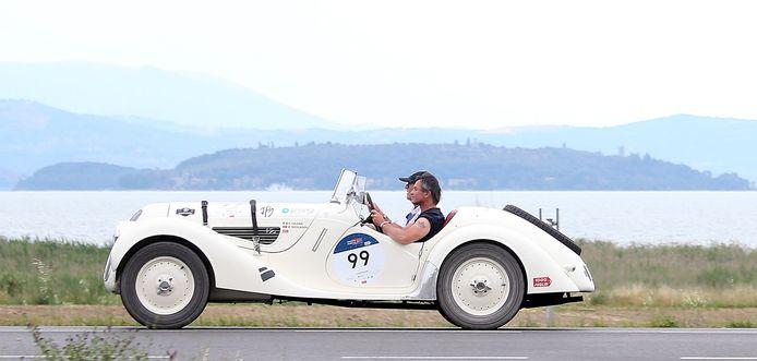 Uit 1938 komt deze  BMW 328, hier in actie langs het meer van Trasimeno, ter hoogte van Castiglione del Lago