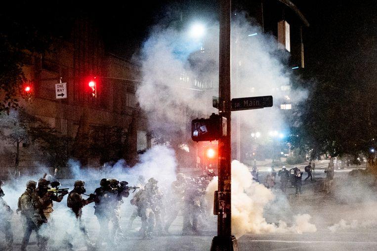 Ook maandag werden federale agenten al ingezet in Portland. Daar gebruikten zij traangas tegen demonstranten.  Beeld AP