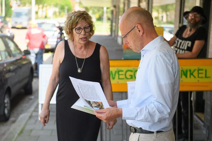 Carin Nijhuis van de Weggeefwinkel bood in juni een petitie aan aan wethouder Bas van Wakeren. Er is nog steeds geen nieuwe locatie gevonden.