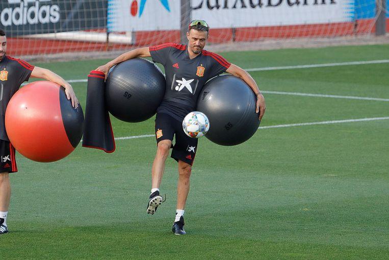 Luis Enrique zeult wat ballen mee na de training in Madrid. Hij staat bekend als een creatieve, maar lastige trainer. Is hij de juiste man voor de job? Beeld EPA