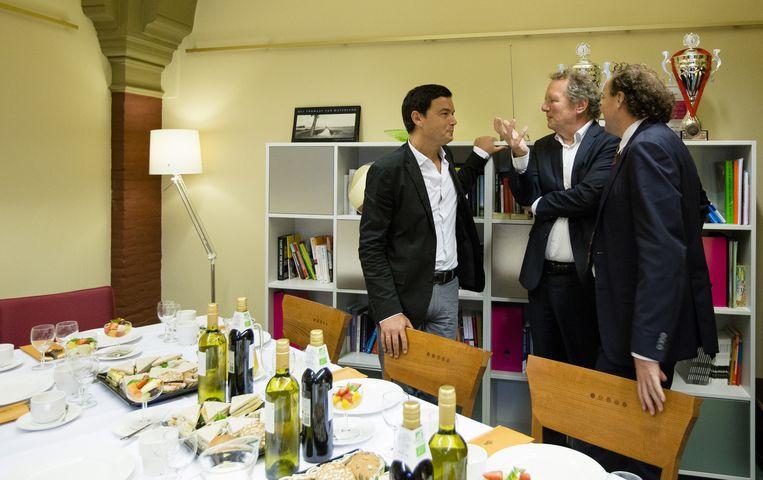 Schrijver Thomas Piketty (L), de Franse econoom en auteur van Kapitaal in de 21ste eeuw, bezoekt Bram van Ojik (M) van GroenLinks. Beeld anp