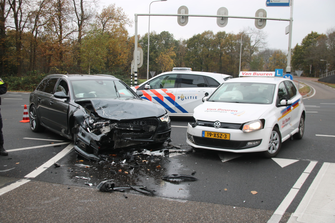 Botsing met leswagen op kruising Leuvenumseweg-N302 in Harderwijk.