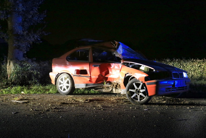 Automobilist botst tegen boom in Lierop.