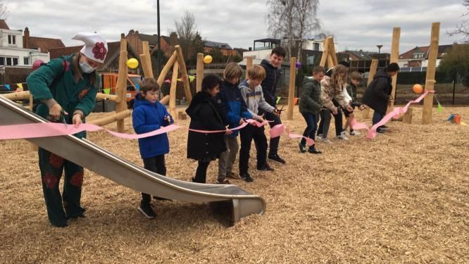 Leerlingen huldigen zelf ontworpen speeltuin feestelijk in