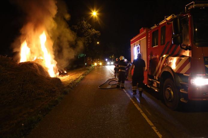 In de berm naast de Verlengde Huizingalaan in Son en Breugel is brand ontstaan.