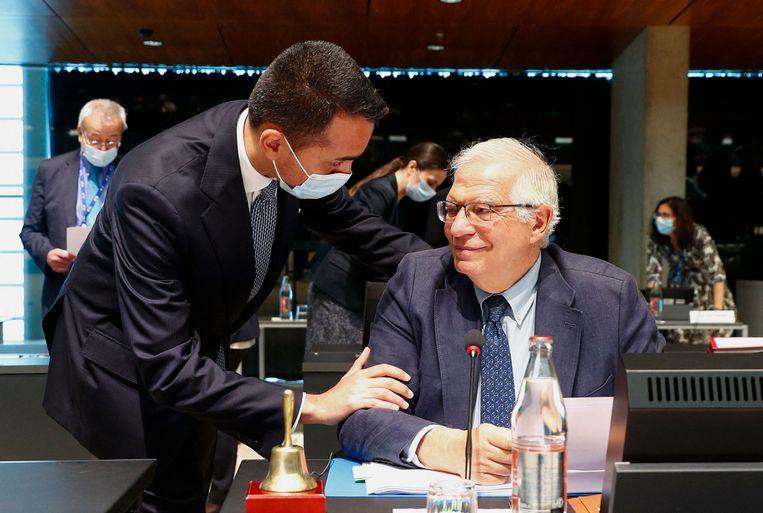 De Italiaanse minister van Buitenlandse Zaken Luigi Di Maio spreekt nog even met EU-buitenlandchef Josep Borrell voorafgaande aan de vergadering waarop de EU extra sancties tegen Wit-Rusland zou afkondigen.  Beeld AFP