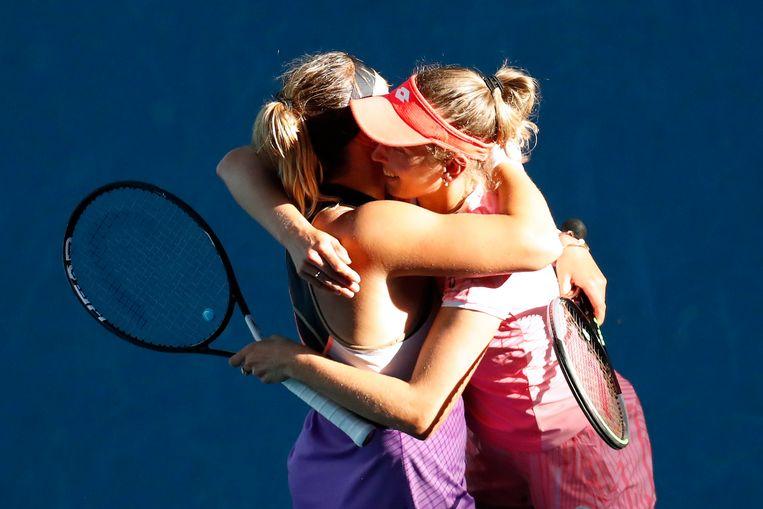 Aryna Sabalenka en Elise Mertens vieren hun eindoverwinning in de Australian Open. Beeld REUTERS