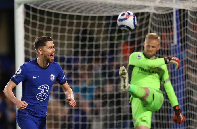 Jorginho heeft Chelsea vanaf elf meter op 2-0 gezet. Rechts Leicester City-doelman Kasper Schmeichel.