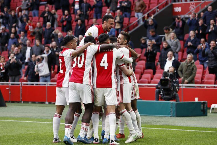 Ajax-spelers vieren de tweede goal van Klaassen. Beeld ANP