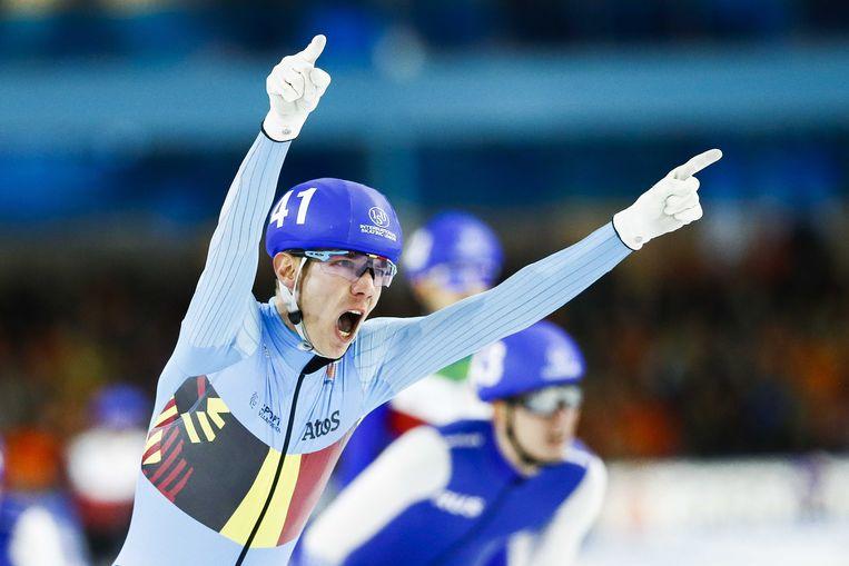 Swings steekt de armen omhoog na zijn zege in Thialf, de schaatstempel in Heerenveen. Beeld ANP