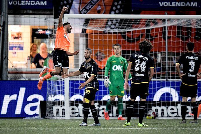 Jethro Mashart van Volendam juicht in de slotfase.