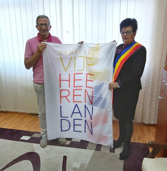 De overhandiging van de nieuwe gemeentevlag aan de burgemeester van Reghin.