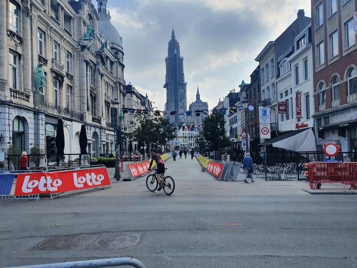 Een eenzame fietser verkent het parcours waar zowel de mannelijke als vrouwelijke wielertop dit weekend zal langsrijden.