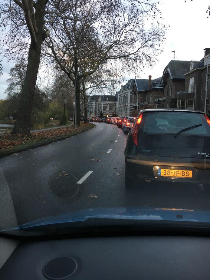 De file op de A1 leidde tot een verkeersopstopping in de binnenstad van Deventer.