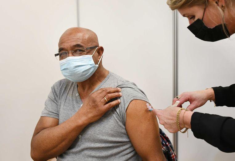 Een huisarts vaccineert een cliënt met het coronavaccin van AstraZeneca. Beeld ANP