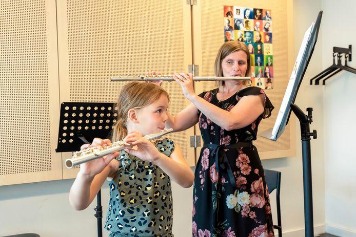 De Suite in Roosendaal. Wendy Bellens (rechts) geeft les aan Lieke Bruijns. Zij is 7 jaar en volgt nu een jaar les.