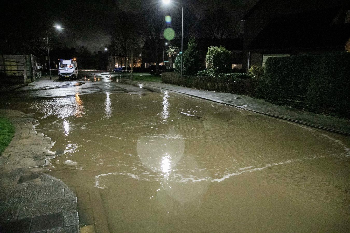 Veel water op straat in Rheden.