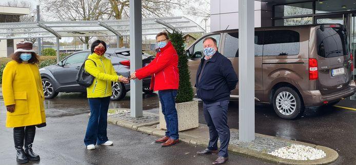 Toyota geeft drie voertuigen in bruikleen aan de gemeente Zaventem om mindermobiele inwoners in het vaccinatiecentrum op Brussels Airport te krijgen.