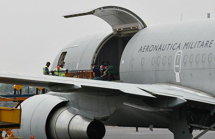 Een kist wordt in een vliegtuig van de Italiaanse luchtmacht geladen op de luchthaven van Goma tijdens de repatriëring van de lichamen van de Italiaanse ambassadeur en een Italiaanse politieagent van de Carabinieri.