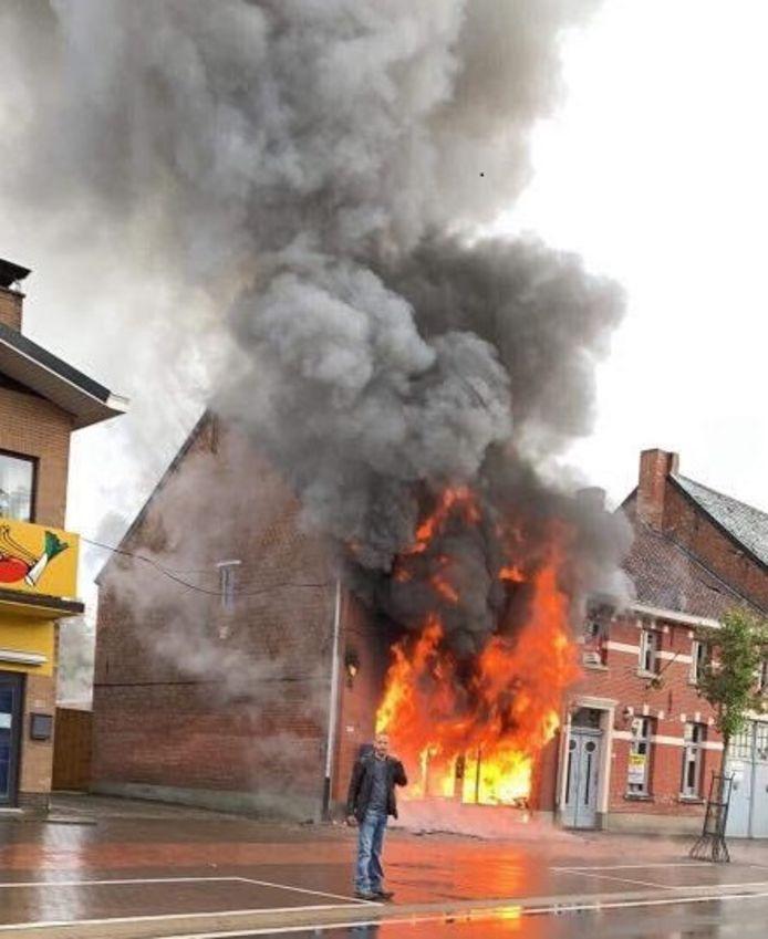 De vlammen sloegen meters ver uit de woning.