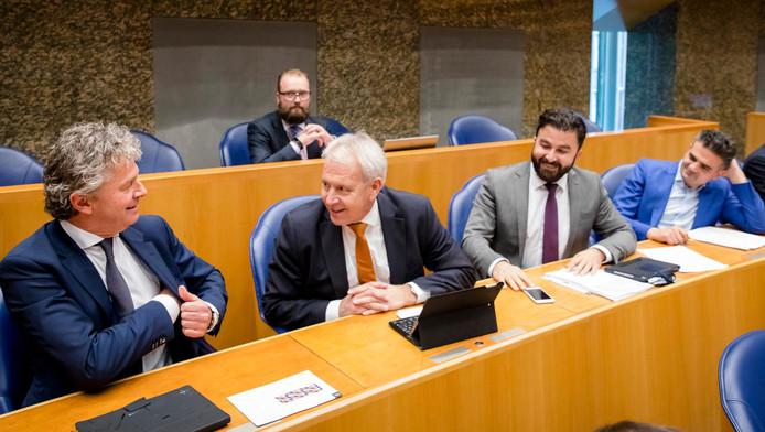 Van links naar rechts: Jacques Monasch (Groep Monasch), Norbert Klein (Fractie Klein), Johan Houwers (Groep Houwers), Selcuk Ozturk (Kuzu/Ozrturk) en Tunahan Kuzu (Kuzu/Ozrturk) tijdens de stemmingen na afloop van het wekelijkse vragenuur.