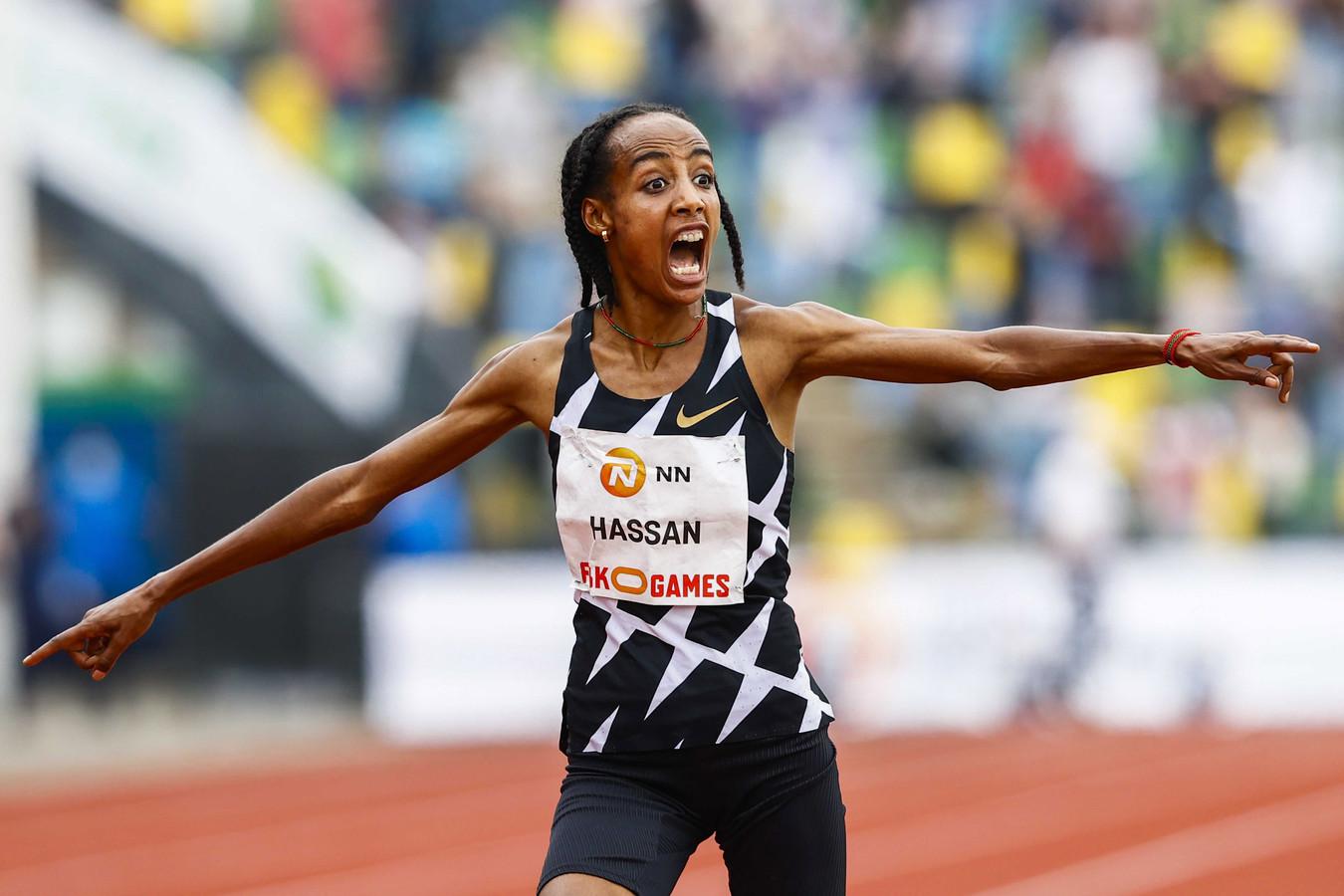 Sifan Hassan juicht na haar wereldrecordtijd op de 10.000 meter.