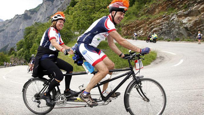 Fietsers op een tandem tijdens de beklimming van de Alpe d'Huzes in Frankrijk voor Stichting Alpe d'HuZes.