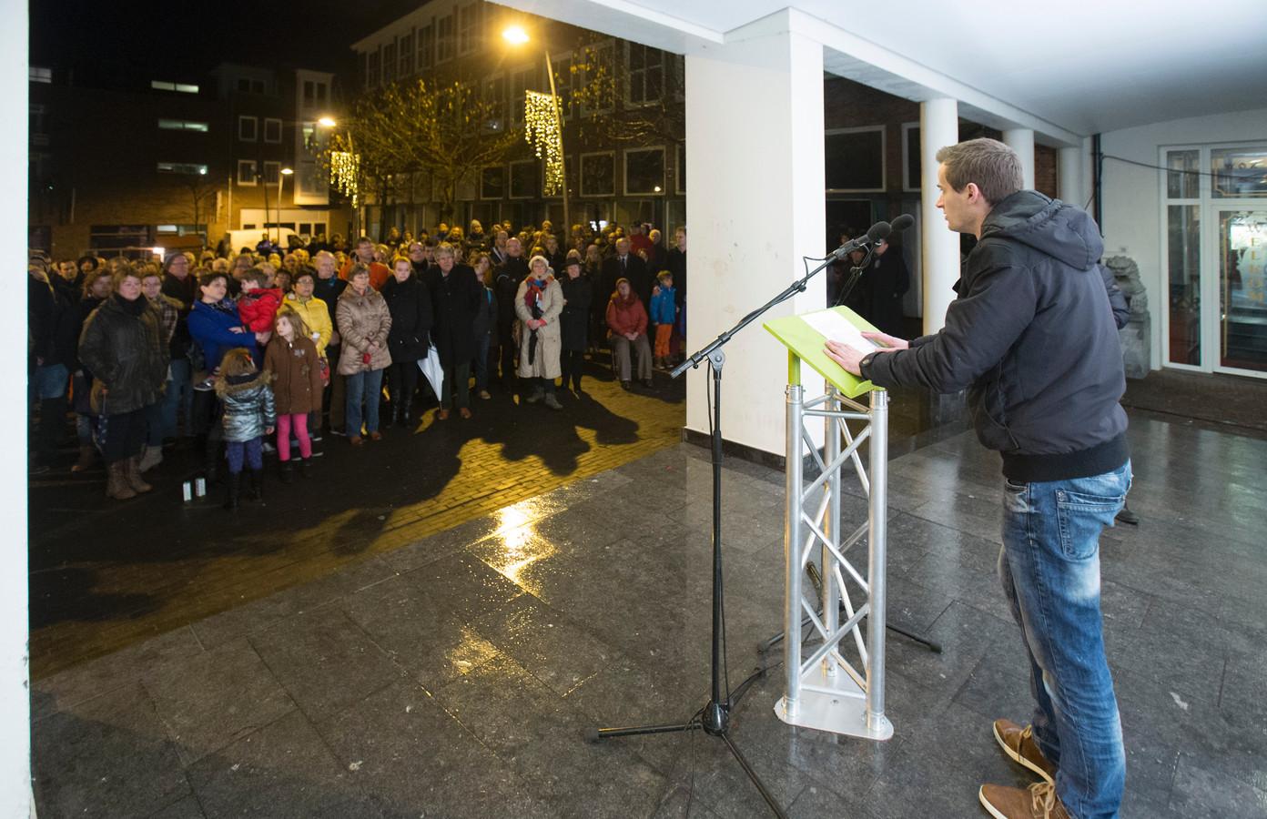 Verslaggever Albert Heller van De Gelderlander spreekt de menigte toe op het Doelenplein in Ede.